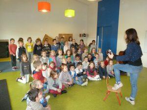 Avec Catherine les élèves apprennent des chansons et jouent avec les percussions.